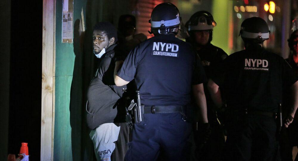 Policisté v New Yorku zadržují protestujícího