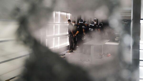 Policisté v obchodě Balenciaga v New Yorku - Sputnik Česká republika