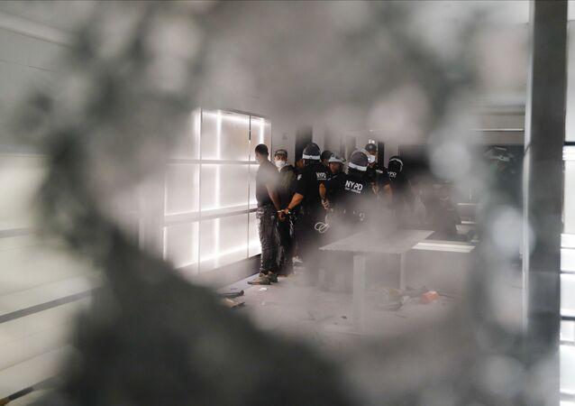Policisté v obchodě Balenciaga v New Yorku