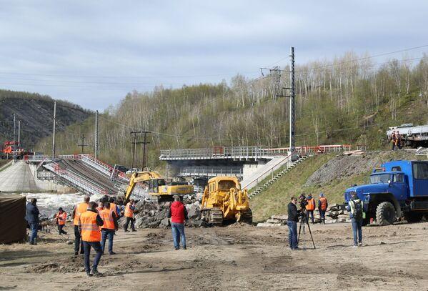 Podle místních úřadů oprava mostu probíhá nepřetržitě, ale skončí až za tři týdny. - Sputnik Česká republika