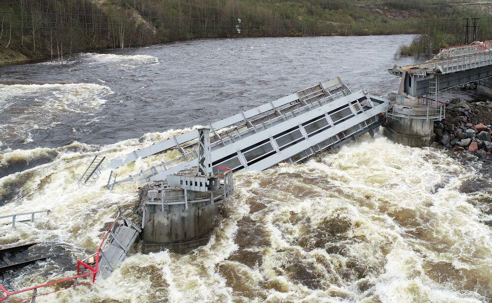 Příčinou se stalo podemílání jedné z podpor kvůli tání sněhu a vzestup úrovně vody v řece Kola.