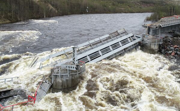 Příčinou se stalo podemílání jedné z podpor kvůli tání sněhu a vzestup úrovně vody v řece Kola.  - Sputnik Česká republika