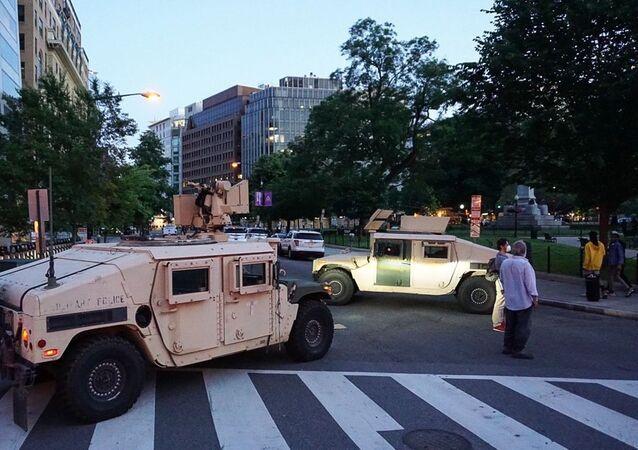 Armádní vozy v ulicích Washingtonu