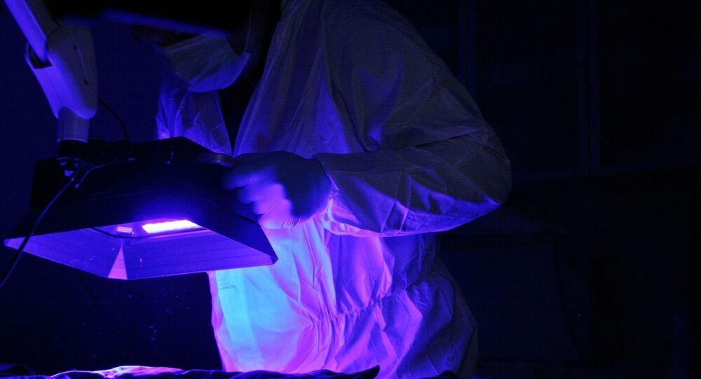 Vědec pracuje s ultrafialovým světlem