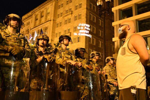 Účastníci protestní akce proti policejnímu násilí a vojenská policie ve Washingtonu - Sputnik Česká republika