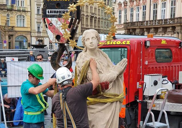 Umisťování sochy Panny Marie na napodobeninu mariánského sloupu na Staroměstském náměstí v Praze
