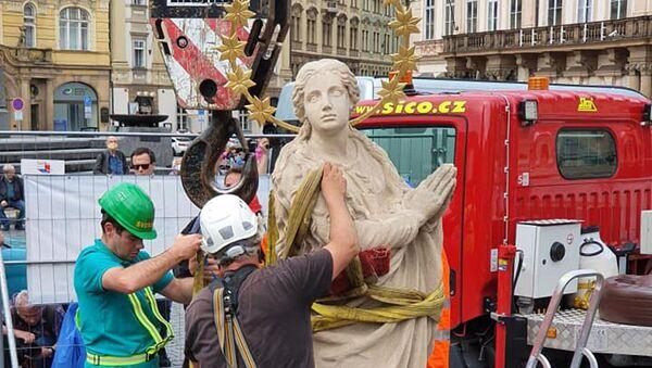 Umisťování sochy Panny Marie na napodobeninu mariánského sloupu na Staroměstském náměstí v Praze - Sputnik Česká republika