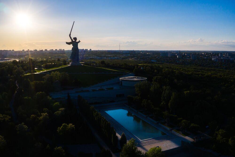 Monumentální socha Matka vlast volá na Mamajově mohyle ve Volgogradu (v letech 1925 až 1961 Stalingrad) po rekonstrukci