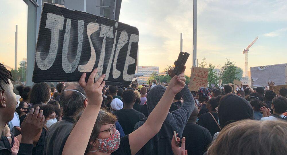 Protesty v Paříži proti krutosti policie