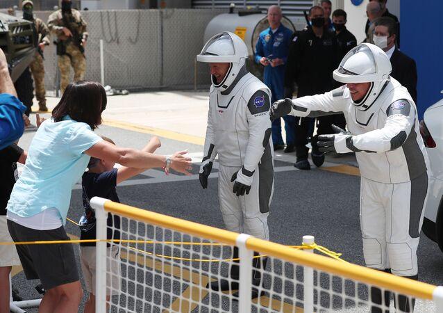 Astronauti NASA Bob Behnken a Doug Hurley před startem rakety Falcon 9