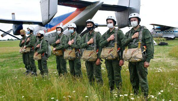Nikdo kromě nás! Jak probíhá první seskok legendárních ruských výsadkářů? - Sputnik Česká republika