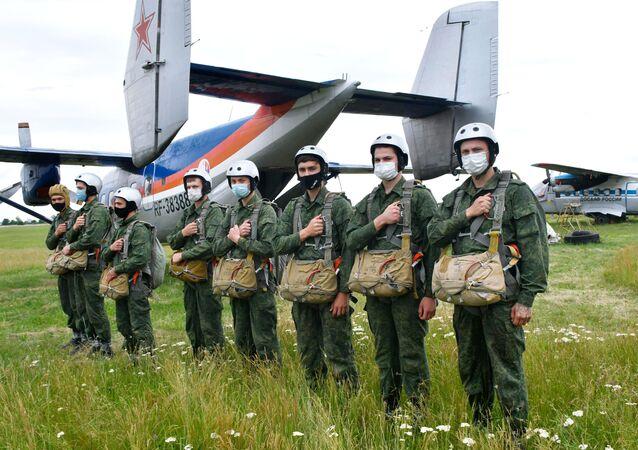 Nikdo kromě nás! Jak probíhá první seskok legendárních ruských výsadkářů?