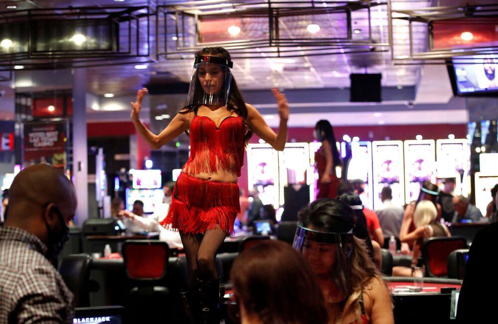 Tanečnice v ochranné masce v Casino Hotelu. Las Vegas, USA