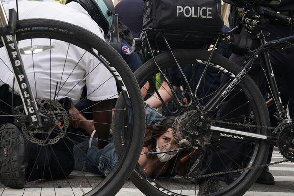 Policisté zadržují protestující lidi během demonstrací v New Yorku, USA - Sputnik Česká republika
