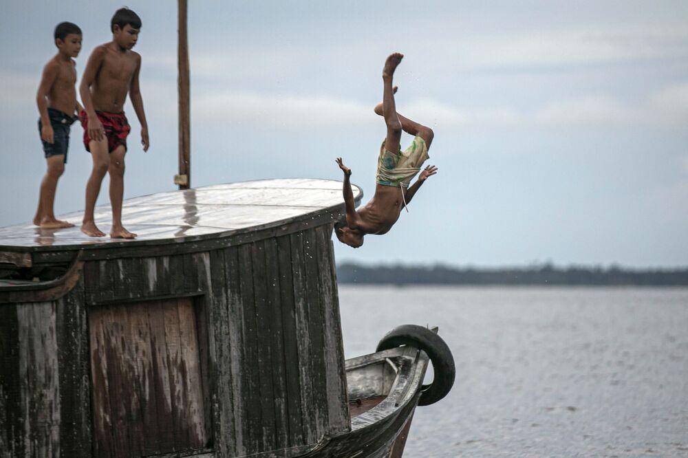 Děti skákají do vody. Brazílie