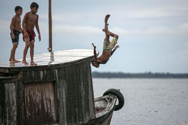 Děti skákají do vody. Brazílie - Sputnik Česká republika