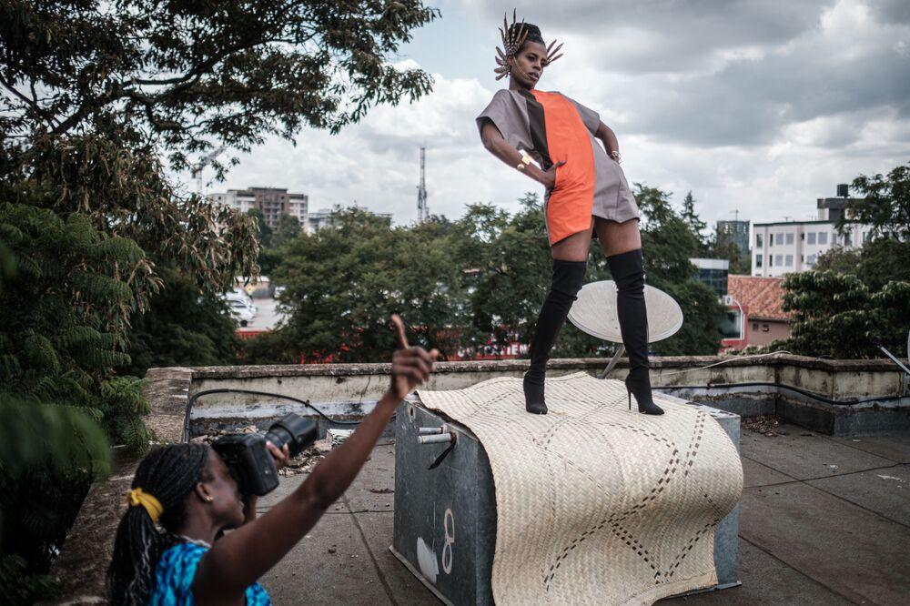 Keňská fotografka Barbara Minishi a stylistka Wambui Thimba během focení. Nairobi, Keňa