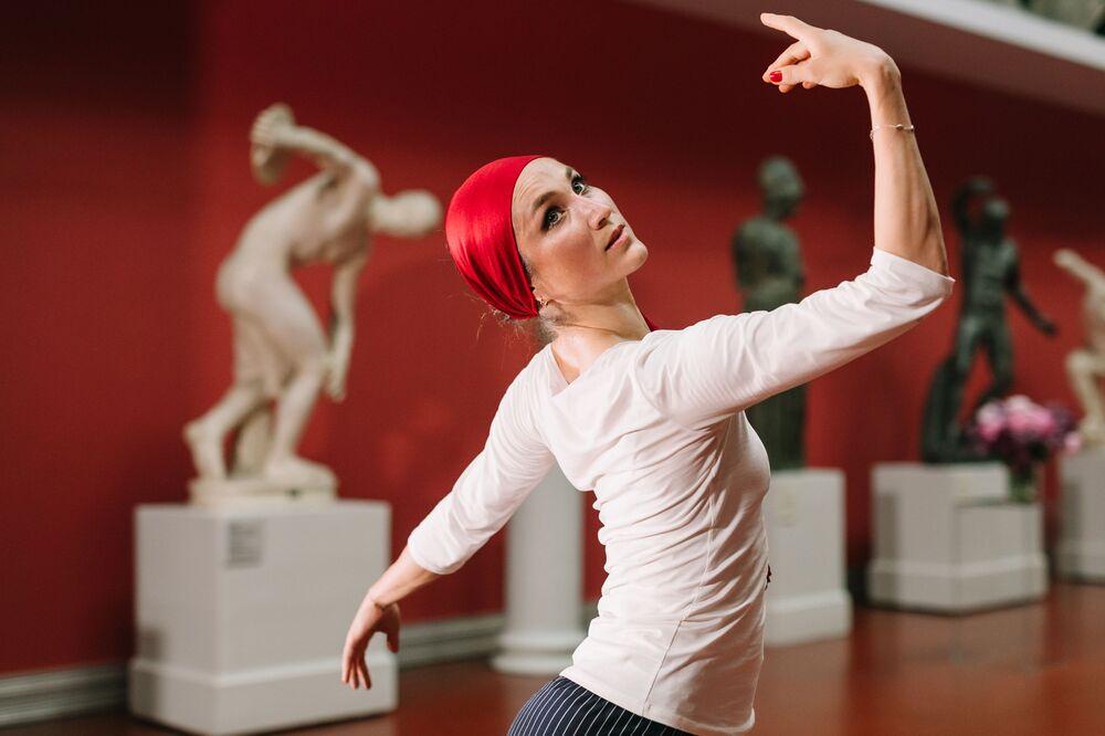 Balerína Jekaterina Šipulinová vystupuje na online představení. Moskva, Rusko