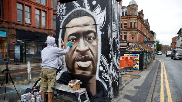 Britský umělec Akse pracuje na graffiti připomínající památku George Floyda - Sputnik Česká republika