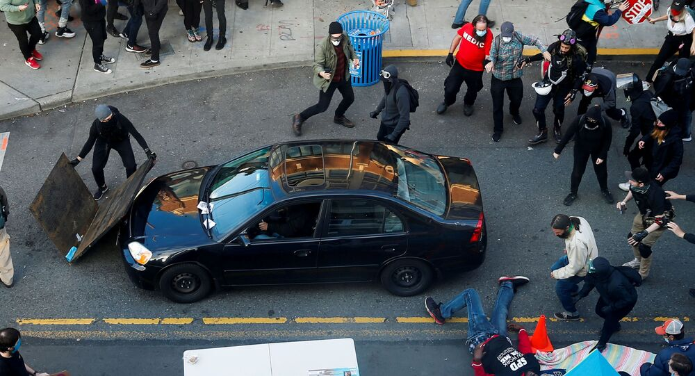 V Seattlu do demonstrantů vjelo auto