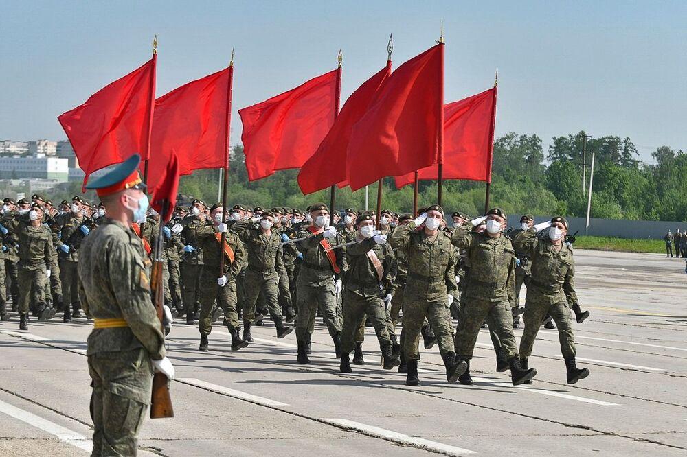 Vojáci během zkoušky přehlídky k 75. výročí vítězství. Alabino, Moskevská oblast.