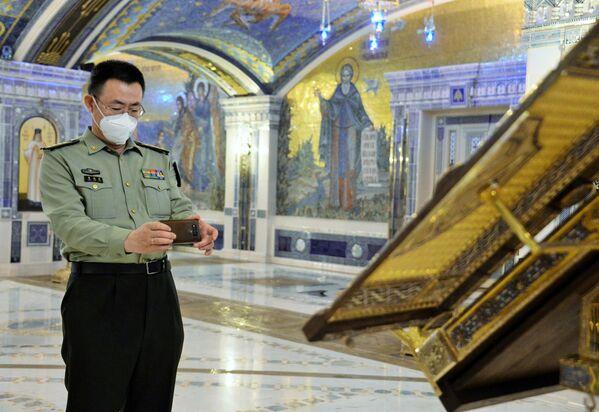 Vojenský diplomat ČLR během návštěvy hlavního chrámu Ozbrojených sil Ruské federace v parku Patriot, Moskevská oblast - Sputnik Česká republika