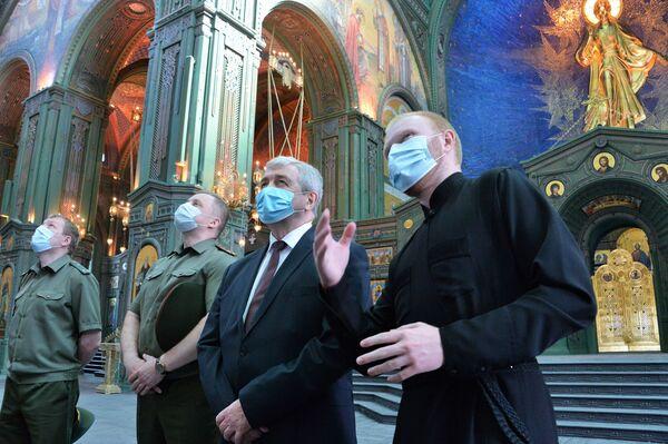 Velvyslanec Běloruska v Ruské federaci Vladimir Semaško během návštěvy hlavního chrámu Ozbrojených sil Ruské federace - Sputnik Česká republika