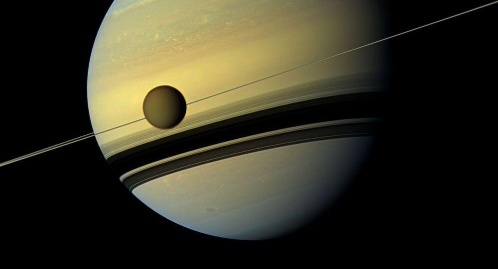 Saturn a jeho největší družice Titan