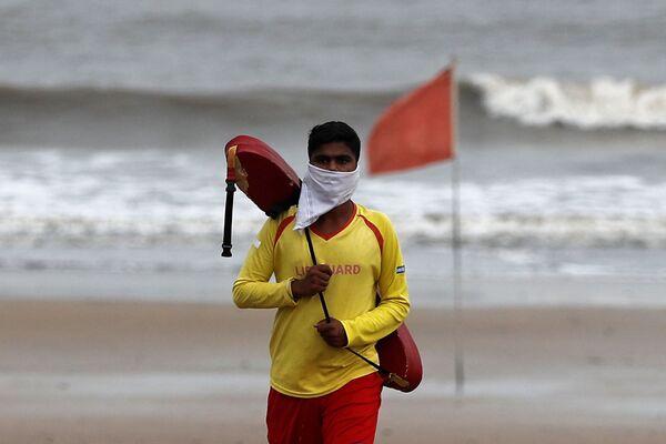 Plavčík na pláži Juhu v Bombaji, Indie. - Sputnik Česká republika