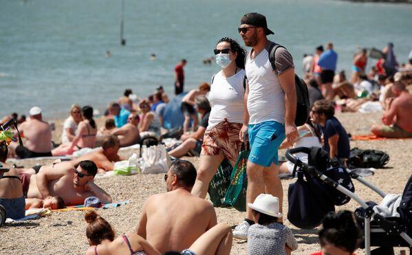 Pár na pláži v Southend-on-Sea, Velká Británie. - Sputnik Česká republika