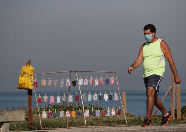 Muž v roušce na pláži v Riu de Janeiru, Brazílie. - Sputnik Česká republika