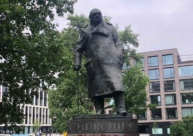 Posprejovaný pomník Winstonu Churchillovi v Praze
