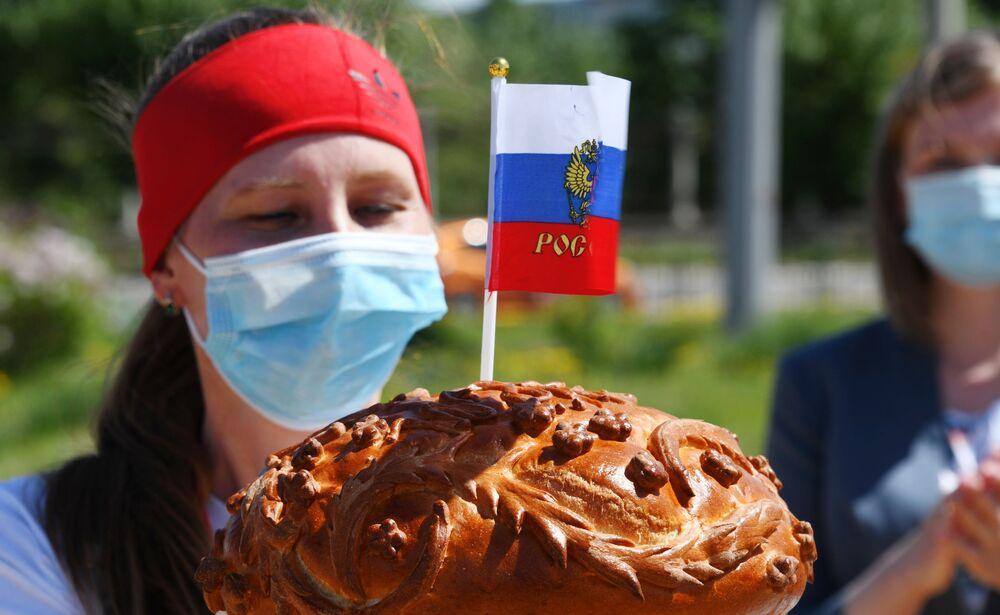 Aktivistka všeruské národní fronty po skončení tanečního flash mobu v Čitě, což je město na Dálném východě.