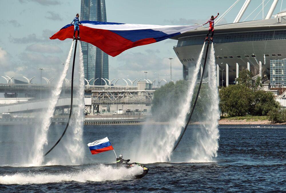 Sportovci ruského národního týmu na hydrofoilu zahajují oslavy Dne Ruska zvednutím vlajky v Petrohradě.