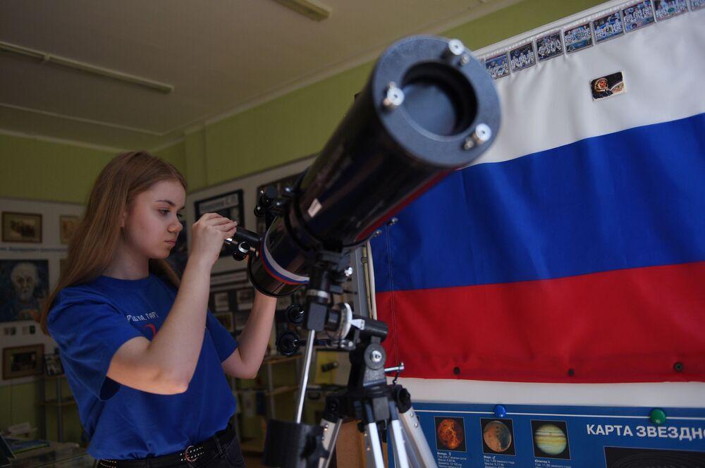 Žákyně krasnojarské školy se připravuje na akci s názvem Okna Ruska, v jejímž rámci obyvatelé země vyzdobili své domovy obrázky a nápisy věnované Rusku.