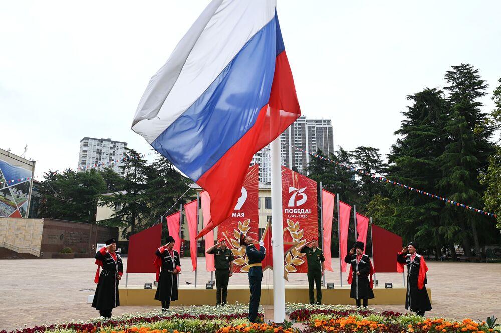 Kozáci čestné hlídky Kubáňské kozácké armády a vojska sočské posádky na slavnostním zvednutí státní vlajky Ruské federace během oslav Dne nezávislosti Ruska v Soči.