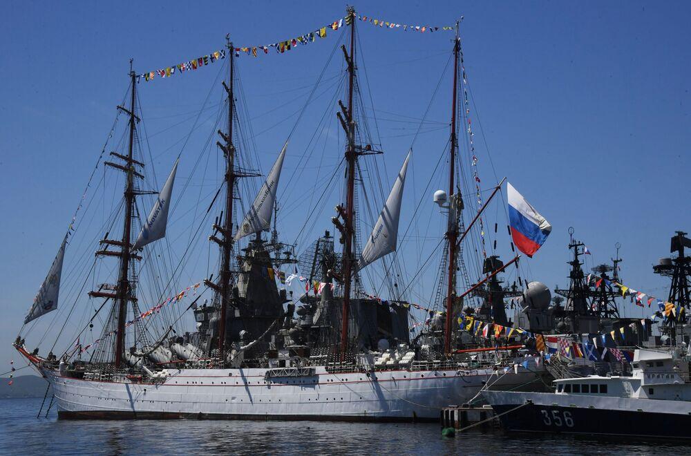 Bárka Sedov během oslav Dne Ruska ve Vladivostoku.
