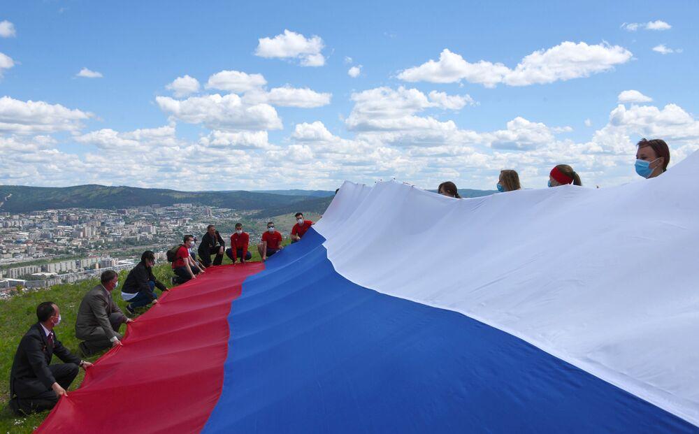Roztažení ruské vlajky. Titovskaja sopka v Čitě.