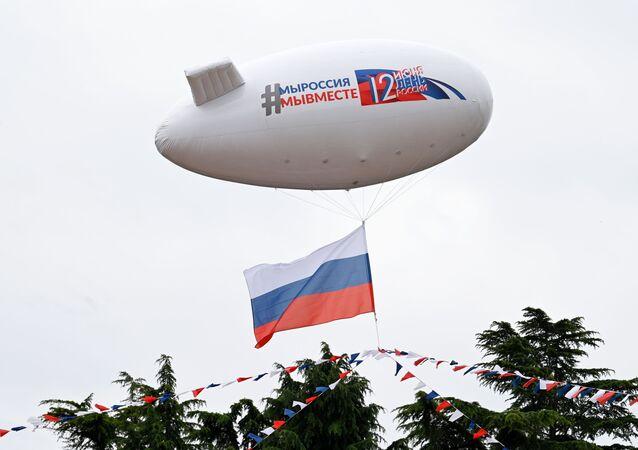 """Vzdušný balón s nápisem """"Jsme Rusko, jsme spolu"""" během oslav Dne Ruska v Soči."""