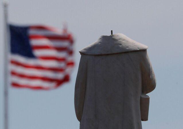 Socha Kryštofa Kolumba v americkém Bostonu, které uřezali vandalové hlavu na protest proti smrti George Floyda v rukou bělošských policistů
