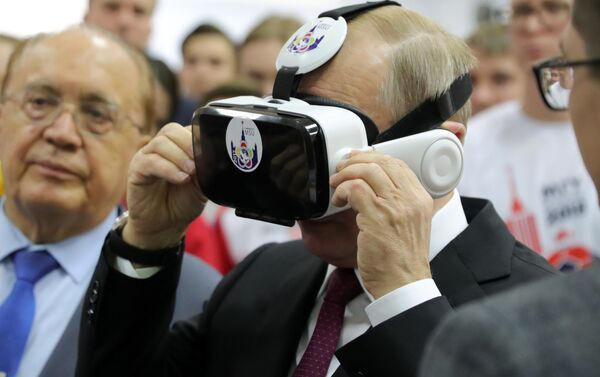 Ruský prezident Vladimir Putin mluví se studenty před zasedáním správní rady Moskevské státní univerzity - Sputnik Česká republika