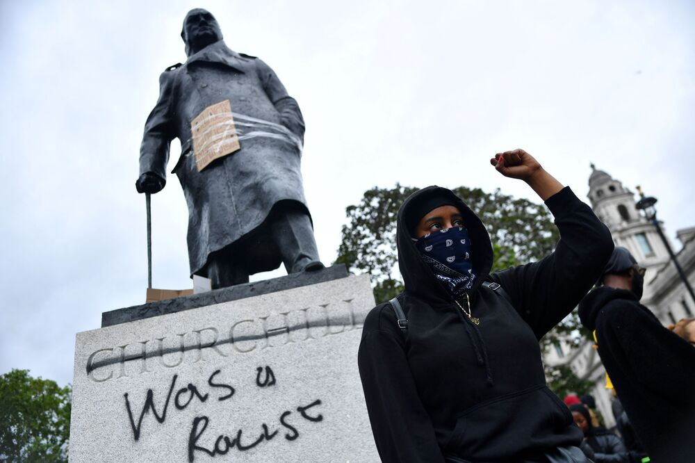 """Nápis """"Byl rasistou"""" na soše Winstona Churchilla. Parlamentní náměstí v Londýně, Velká Británie."""