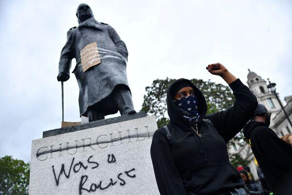 """Nápis """"Byl rasistou"""" na soše Winstona Churchilla. Parlamentní náměstí v Londýně, Velká Británie. - Sputnik Česká republika"""