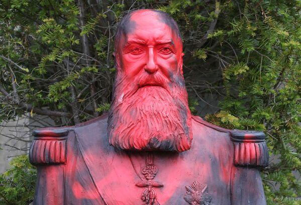 Socha bývalého belgického krále Leopolda II. politá barvou. Park Afrického muzea ve městě Tervuren poblíž Bruselu. - Sputnik Česká republika
