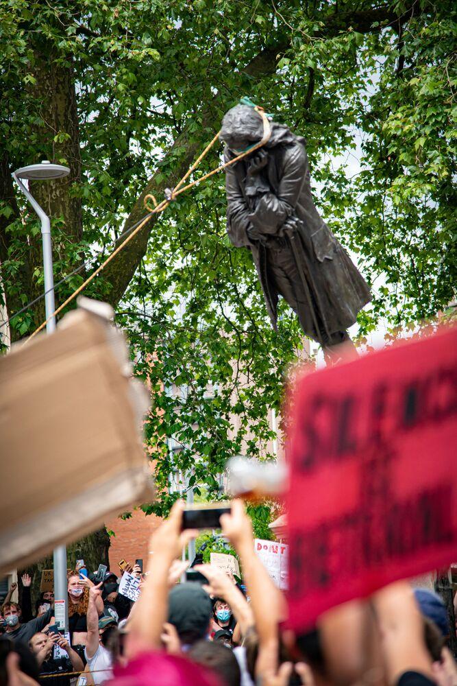Strhávání pomníku Edwarda Colstona v Bristolu ve Velké Británii.