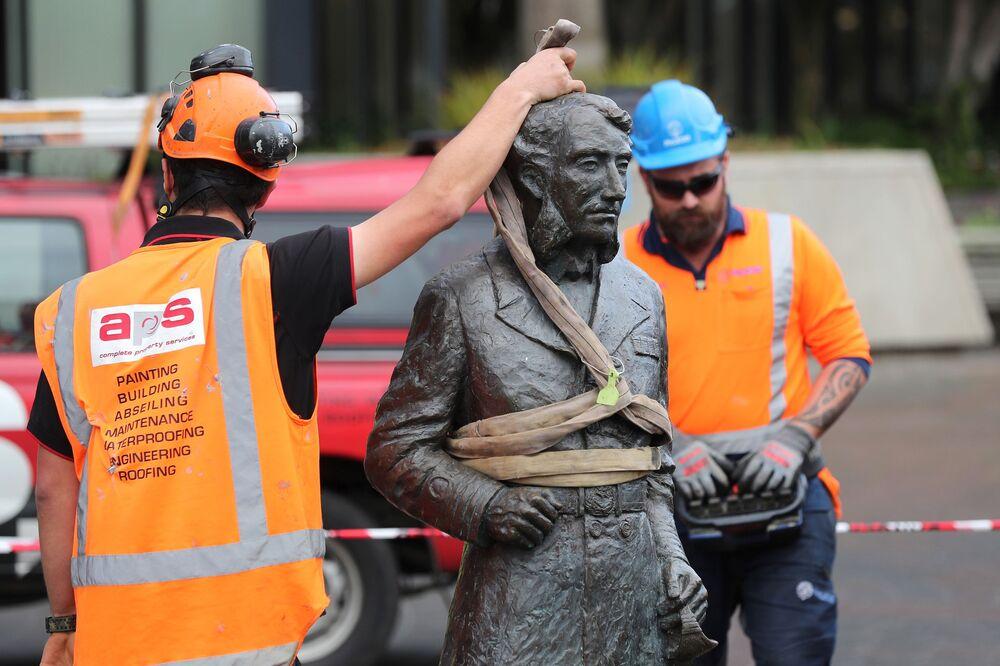 Dělníci kvůli výhrůžkám odstraňují sochu kapitána Johna Fane Charlese Hamiltona z Občanského náměstí v Hamiltonu.