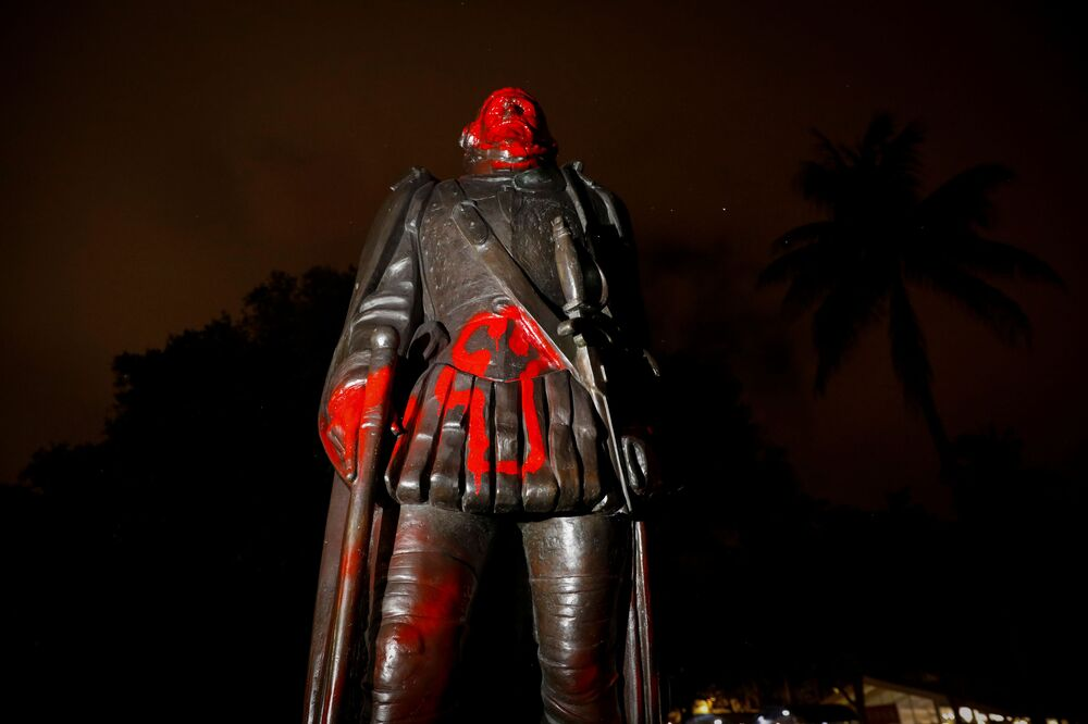 Zneuctěná socha Kryštofa Kolumba. Miami, Florida, USA.