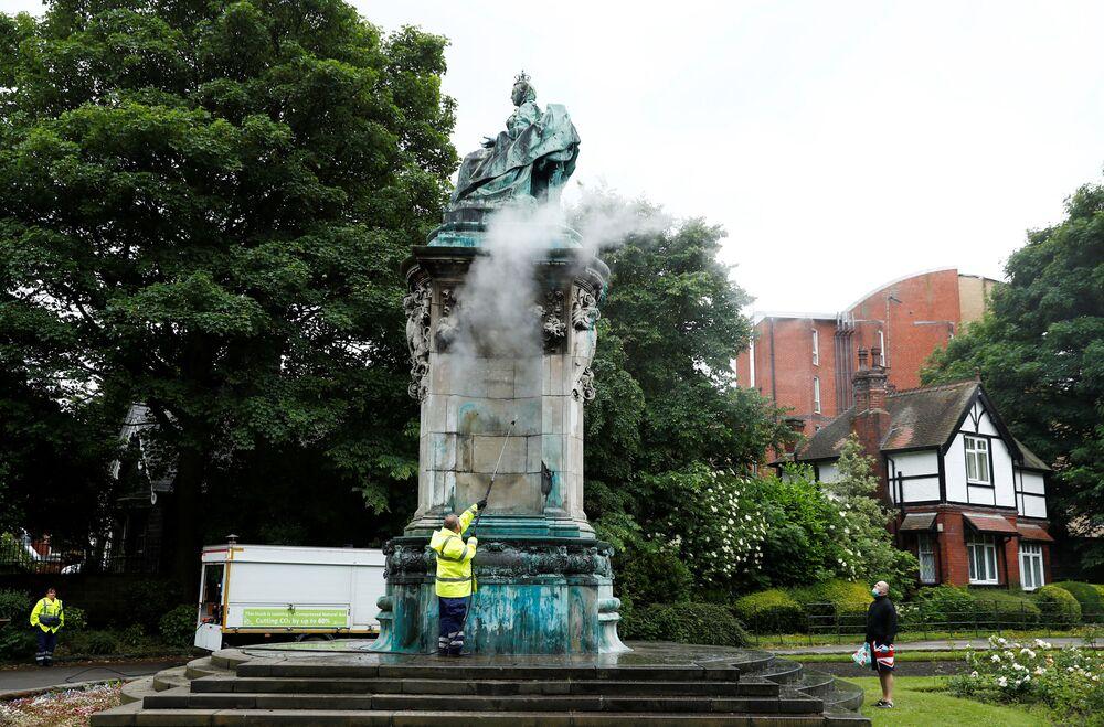 Čištění sochy královny Viktorie od nápisů. Leeds, Velká Británie.