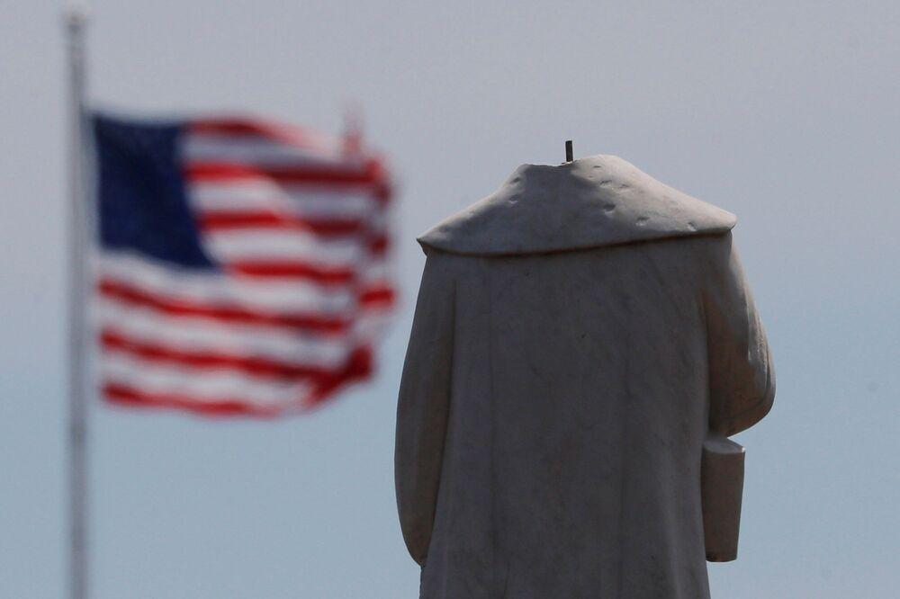 Protestující setli hlavu soše kolonizátora a mořeplavce Kryštofa Kolumba v Bostonu.