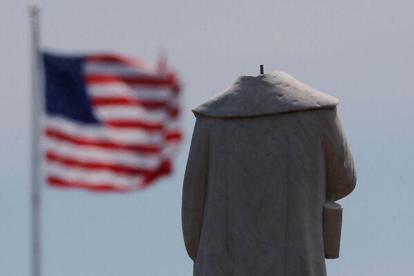 Protestující setli hlavu soše kolonizátora a mořeplavce Kryštofa Kolumba v Bostonu. - Sputnik Česká republika